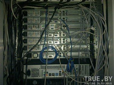 Вид сзади сервера для хостинга VPS/VDS